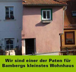 Ein vertikal wie abgeschnitten aussehendes kleines Haus mit alt-rotem Anstrich ist zu sehen sowie die Einganstüre und das einzige auf dieser Seite existierende Fenster. Sotlzer Pate für Bambergs kleinstes Wohnhaus ist die Unterschrift der Phönix-Group-Franken auf diesem Bild