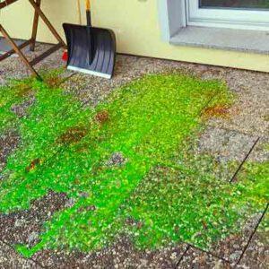 Grüne Luminatflüssigkeit auf einem Terassenboden verteilt