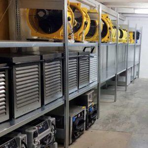 Ein Raum mit langem Regal, in welchem verschiende Arten von Trocknungsgeräten zu finden sind.