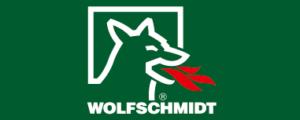 Logo Wolfschmidt bestehend aus einem weißen Wolf, auf grünem Hintergrund aus dessen offenem Maul Geuerzungen kommen, Schriftzug Wolfschmitdt steht darunter